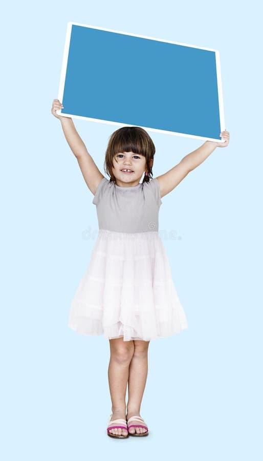 Muchacha feliz que lleva a cabo a un tablero cuadrado vacío fotos de archivo