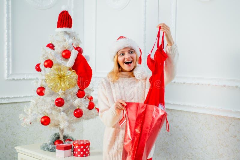 Muchacha feliz que se prepara para celebrar Año Nuevo y Feliz Navidad Ropa interior roja para las mujeres de la Navidad Moda de N foto de archivo libre de regalías