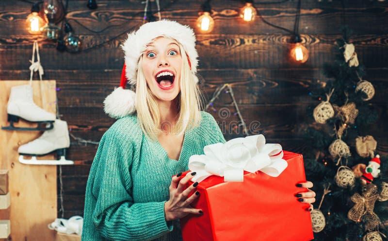 Muchacha feliz que se prepara para celebrar A?o Nuevo y Feliz Navidad Muchacha divertida en el sombrero de Santa foto de archivo libre de regalías