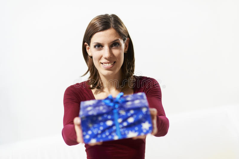 Muchacha feliz que sostiene la caja de regalo a la cámara fotos de archivo