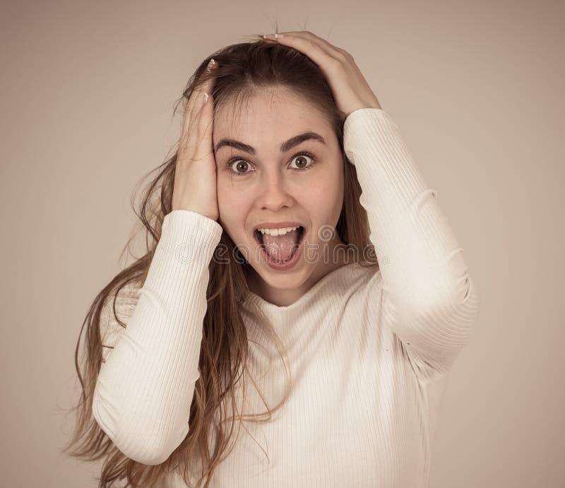 Muchacha feliz sorprendida del adolescente que celebra meta de la victoria o que tiene porciones de seguidores en medios sociales fotos de archivo libres de regalías