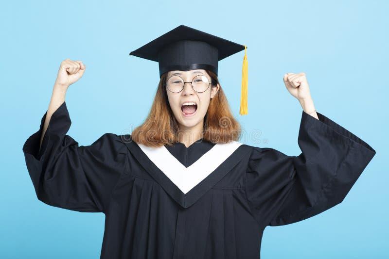 Muchacha feliz y emocionada de la graduación del éxito imagen de archivo