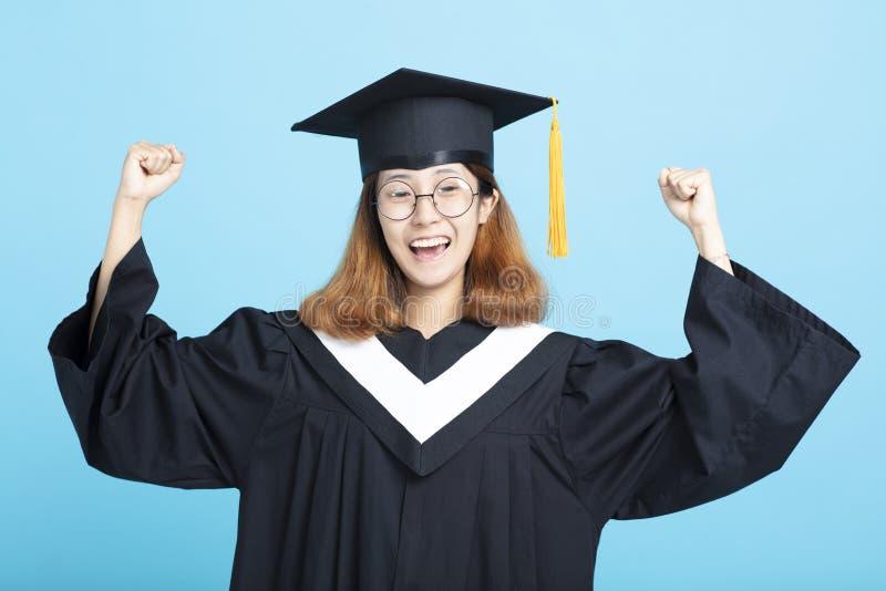 Muchacha feliz y emocionada de la graduación del éxito foto de archivo