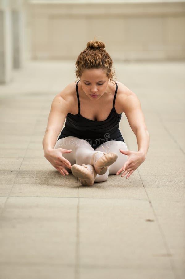 Muchacha femenina del ballet estirada hacia fuera fotos de archivo