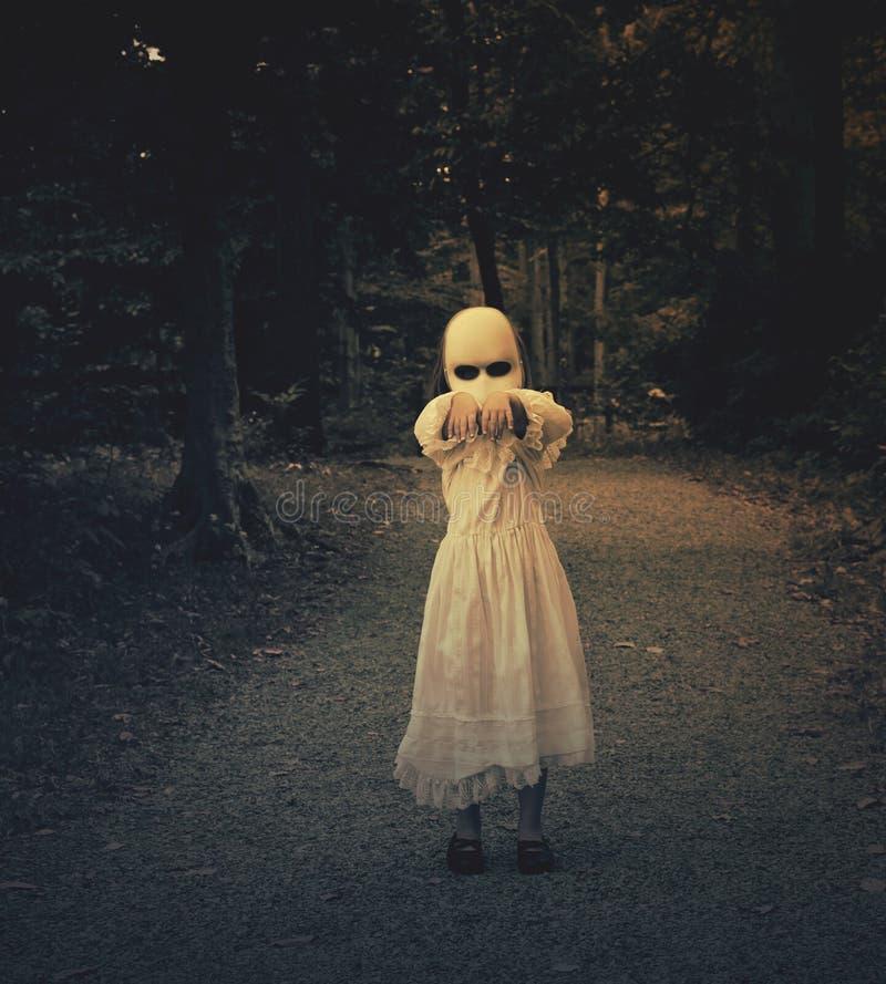 Muchacha frecuentada asustadiza del fantasma en bosque imagen de archivo libre de regalías