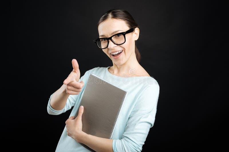 Muchacha fresca sonriente que señala en usted fotografía de archivo libre de regalías