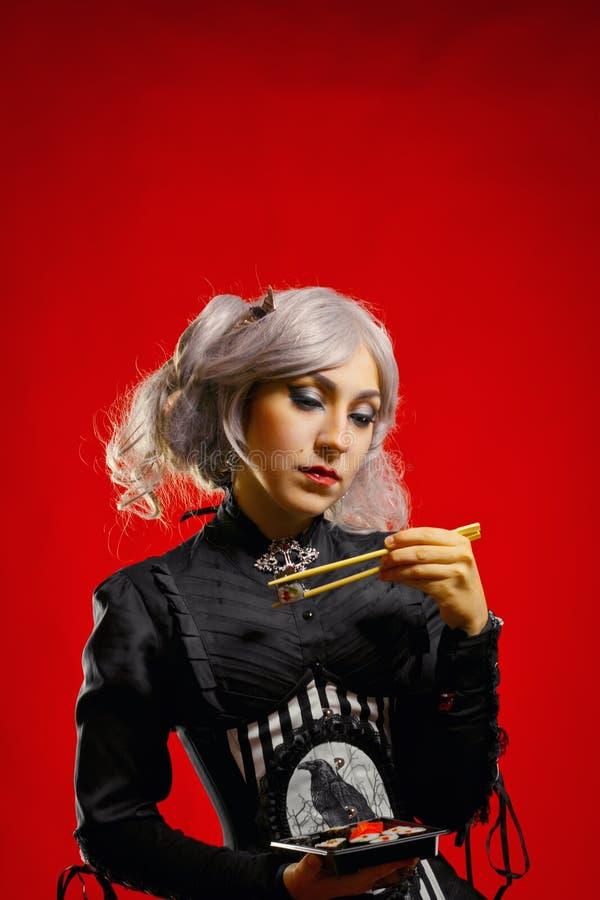 Muchacha gótica con el sushi imagen de archivo libre de regalías
