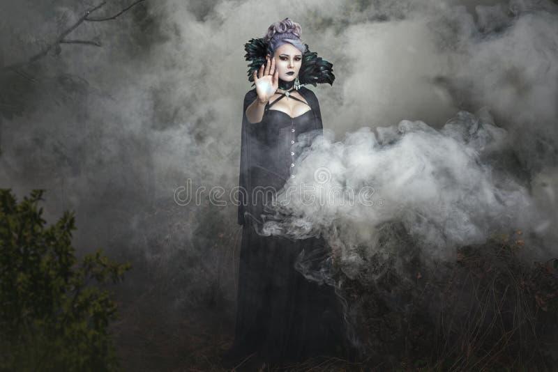 Muchacha gótica en el humo fotografía de archivo