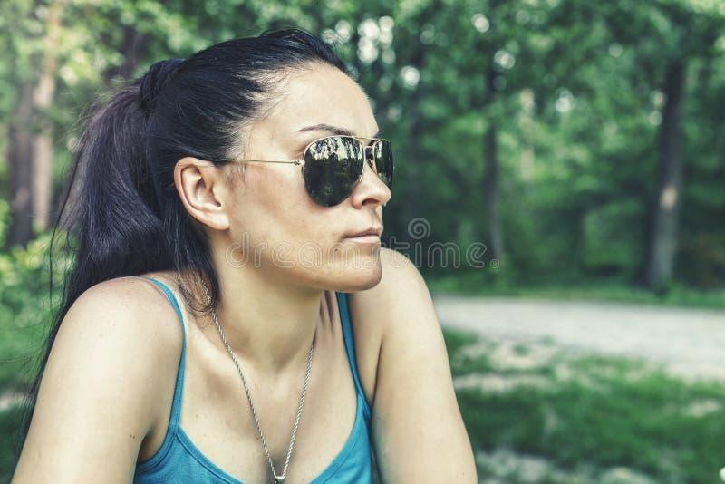 Muchacha, gafas de sol, bosque del verano, retrato, vacaciones de verano, outd foto de archivo libre de regalías