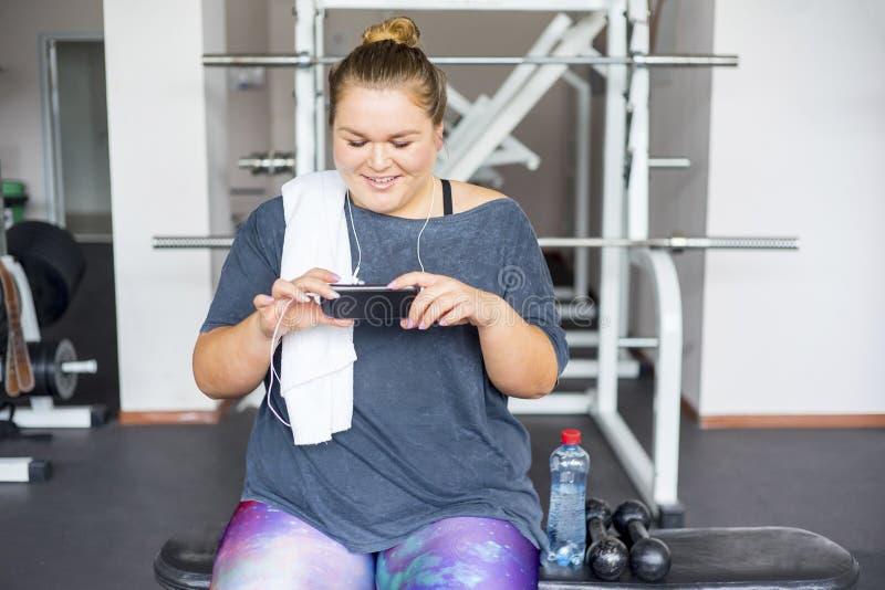 Muchacha gorda en un gimnasio imagenes de archivo