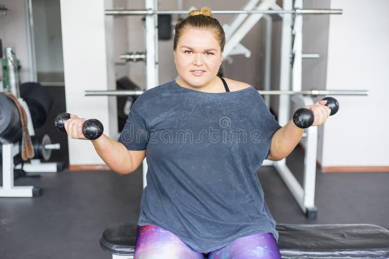 Muchacha gorda en un gimnasio fotografía de archivo libre de regalías