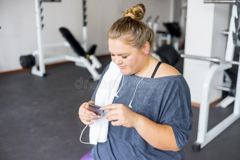 Muchacha gorda en un gimnasio imagen de archivo