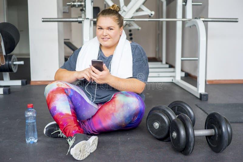 Muchacha gorda en un gimnasio fotografía de archivo
