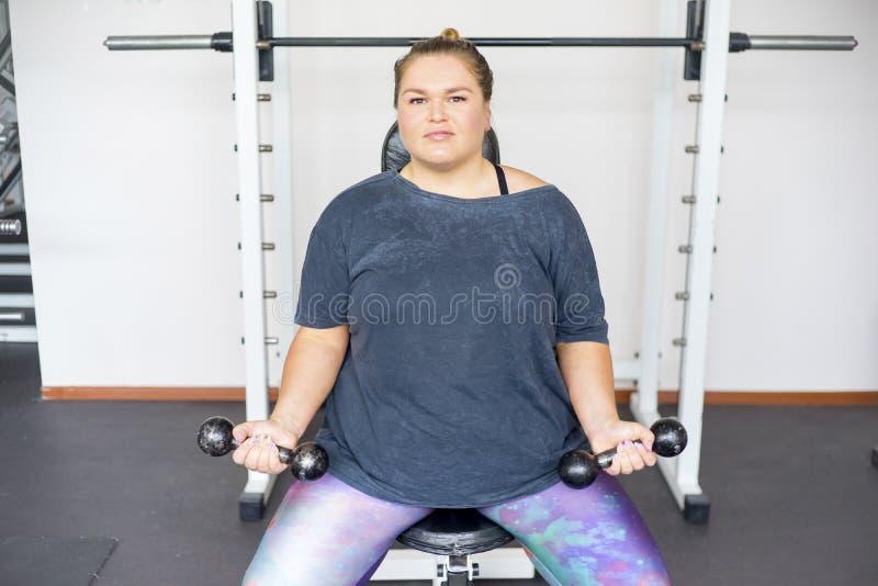 Muchacha gorda en un gimnasio fotos de archivo libres de regalías