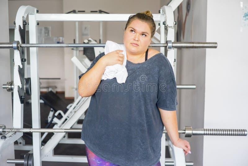 Muchacha gorda en un gimnasio foto de archivo