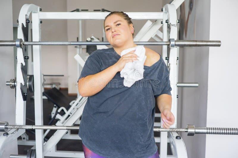 Muchacha gorda en un gimnasio imágenes de archivo libres de regalías