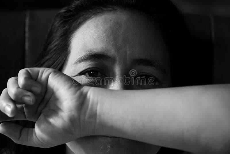 Muchacha gritadora, mujer triste joven fotografía de archivo
