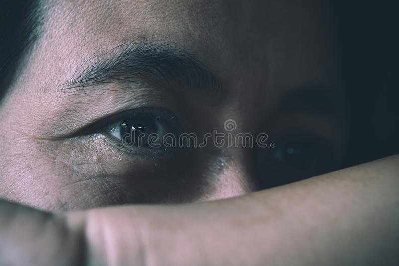 Muchacha gritadora, mujer triste joven foto de archivo