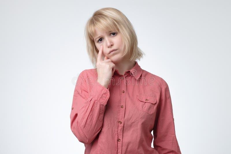 Muchacha gritadora triste que siente sola y desgraciada, limpiando los rasgones de ojos con los fingeres fotos de archivo libres de regalías