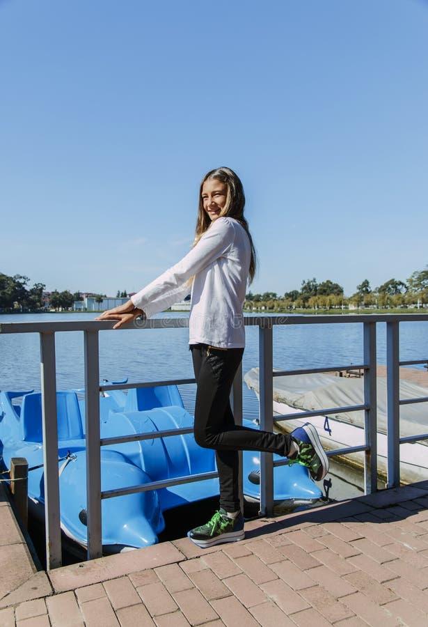 Muchacha hermosa adolescente en el parque por años al aire libre del lago los 13-15 foto de archivo