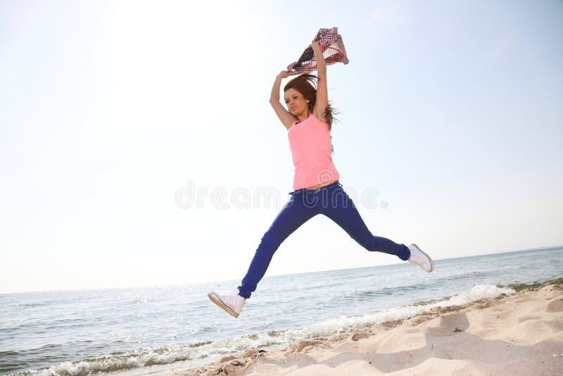 Muchacha hermosa alegre sonriente feliz de la mujer imágenes de archivo libres de regalías