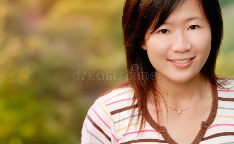 Muchacha hermosa asiática en el al aire libre fotografía de archivo