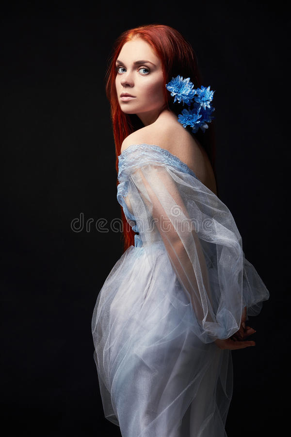 Muchacha hermosa atractiva del pelirrojo con el pelo largo en el algodón del vestido retro Retrato de la mujer en fondo negro Ojo fotos de archivo