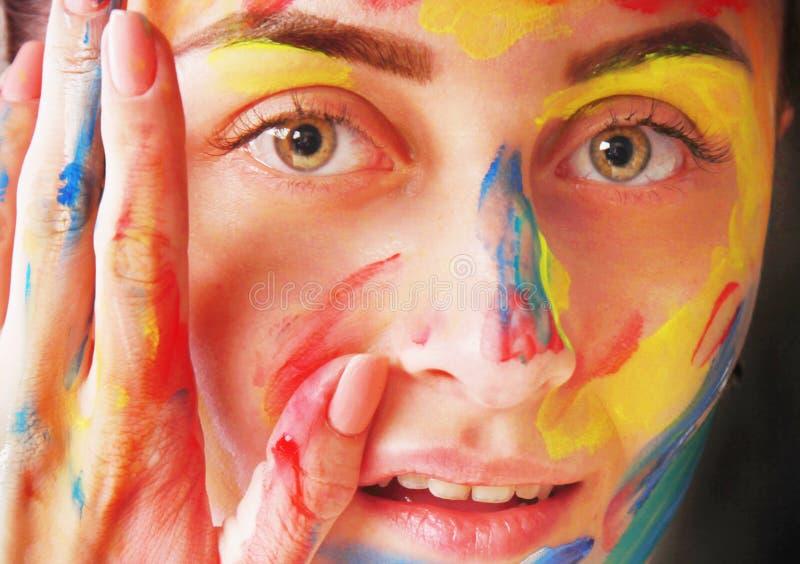 Muchacha hermosa brillante con maquillaje colorido del arte imágenes de archivo libres de regalías