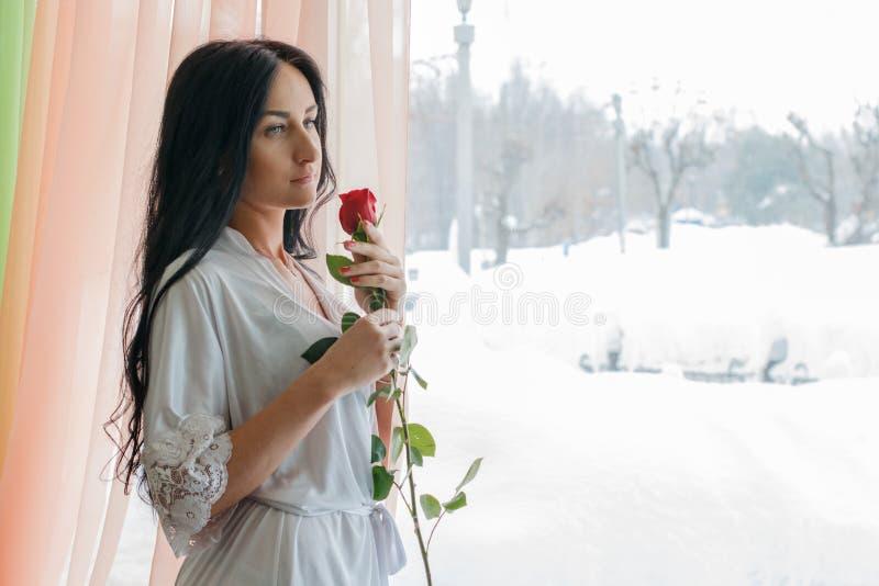 Muchacha hermosa cerca de la ventana por la mañana fotografía de archivo libre de regalías