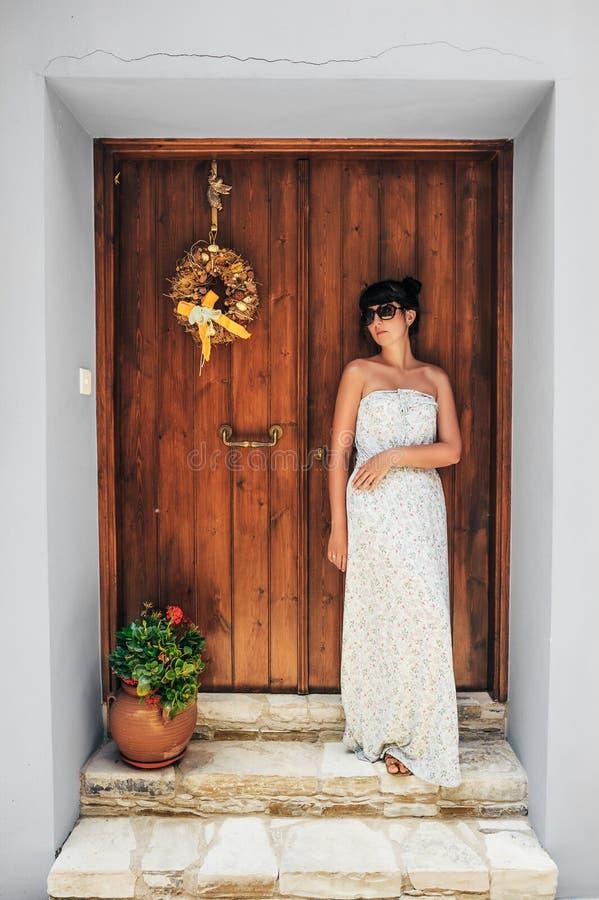 Muchacha hermosa cerca de una puerta de madera imágenes de archivo libres de regalías