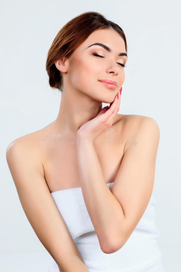 Muchacha hermosa con concepto hermoso del cuidado del maquillaje, de la juventud y de piel imágenes de archivo libres de regalías
