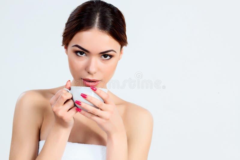 Muchacha hermosa con concepto hermoso del cuidado del maquillaje, de la juventud y de piel imagen de archivo