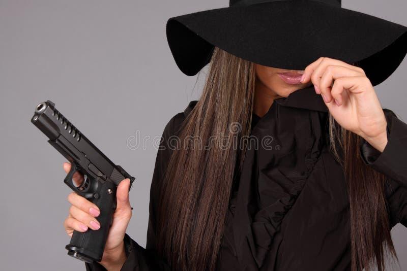 Muchacha hermosa con el arma fotos de archivo libres de regalías