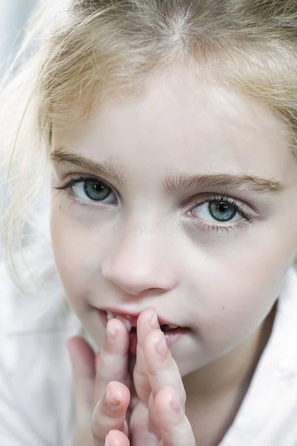 Muchacha hermosa con el autismo que mira para arriba la cámara foto de archivo