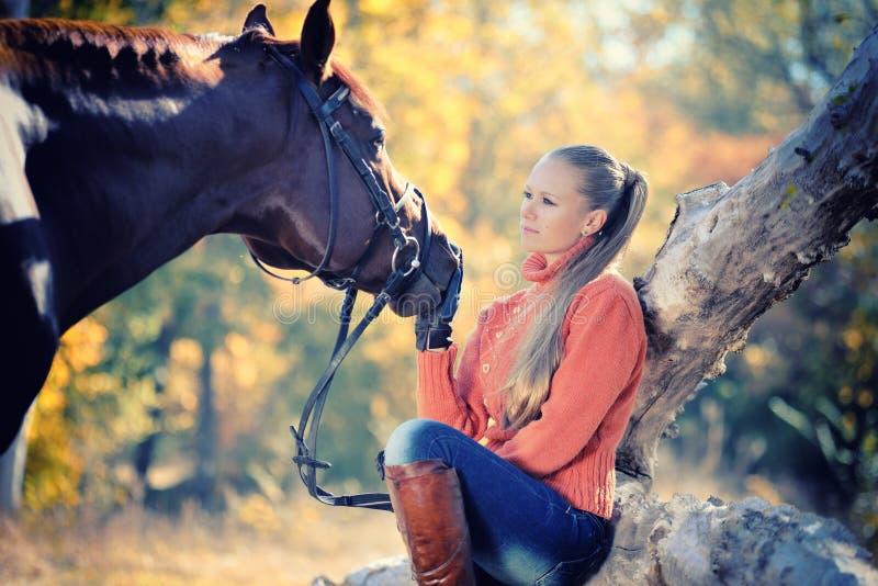 Muchacha hermosa con el caballo en bosque del otoño fotos de archivo