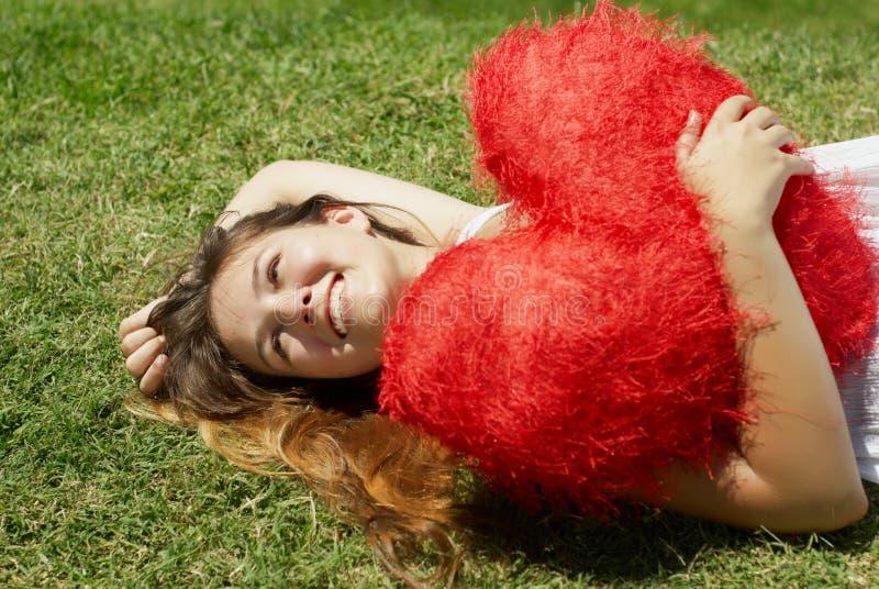 Muchacha hermosa con el corazón en el día de tarjeta del día de San Valentín fotos de archivo libres de regalías