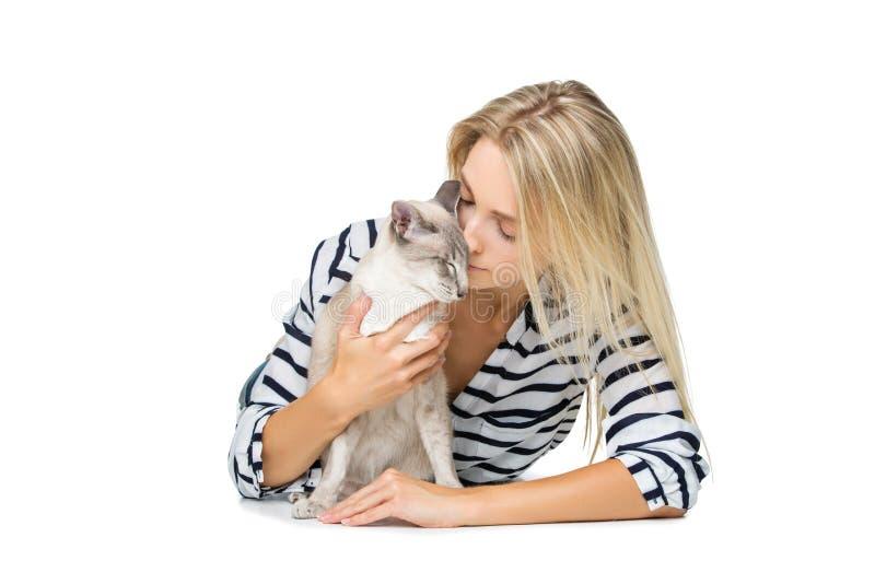 Muchacha hermosa con el gato oriental de Tailandia imagenes de archivo