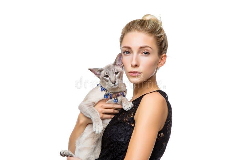 Muchacha hermosa con el gato oriental de Tailandia fotografía de archivo