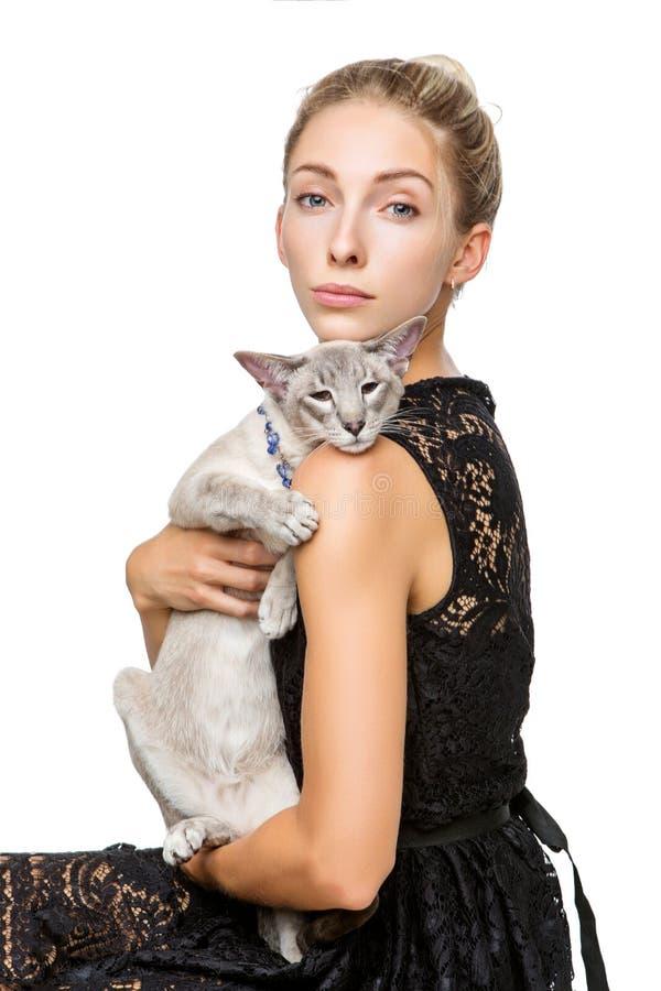 Muchacha hermosa con el gato oriental de Tailandia imagen de archivo libre de regalías
