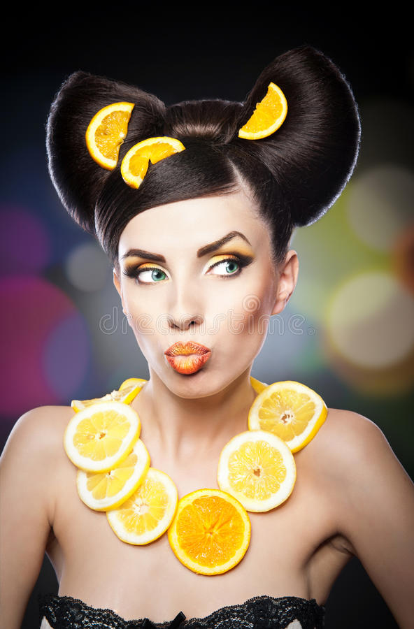 Muchacha hermosa con el limón de las rebanadas como cuello menos imagen de archivo libre de regalías