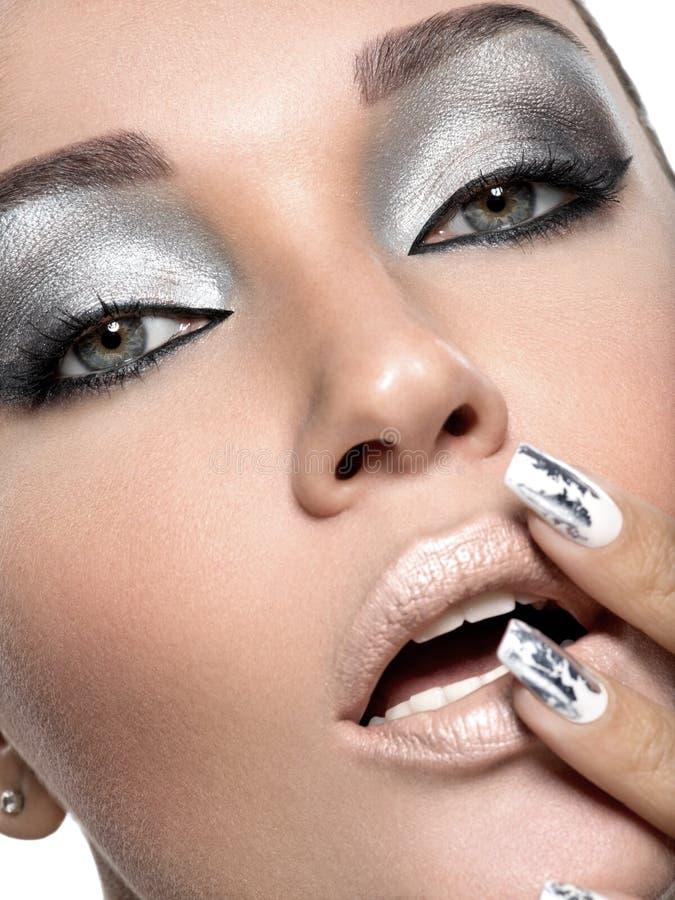 Muchacha hermosa con el maquillaje y los clavos de plata foto de archivo libre de regalías