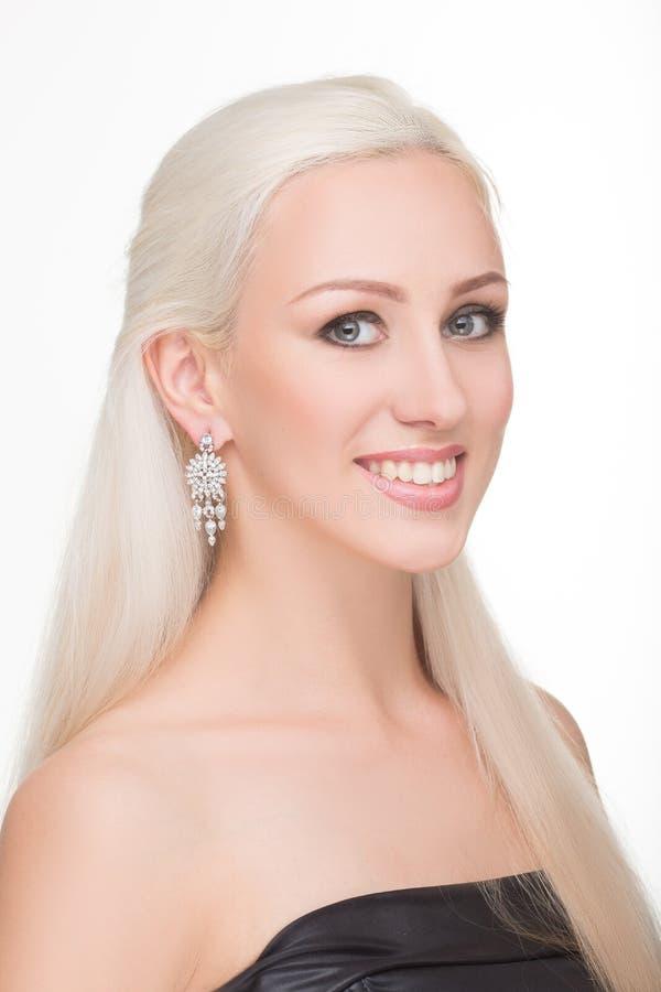 Muchacha hermosa con el pelo blanco y los pendientes largos fotografía de archivo
