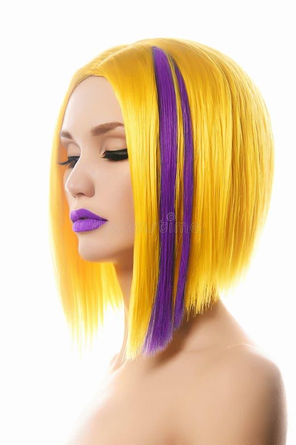 Muchacha hermosa con el pelo del color imágenes de archivo libres de regalías