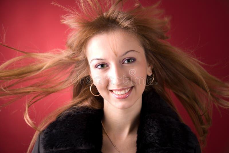Muchacha hermosa con el pelo del vuelo fotografía de archivo