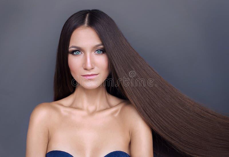 Muchacha hermosa con el pelo largo brillante pelo rubio bien arreglado fotos de archivo libres de regalías