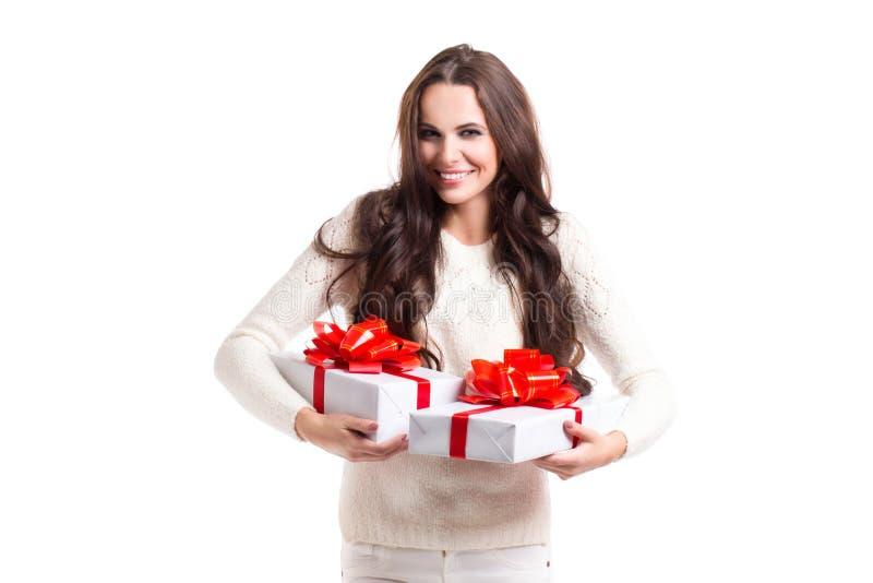Muchacha hermosa con el pelo largo que sostiene dos cajas de regalo fotografía de archivo libre de regalías