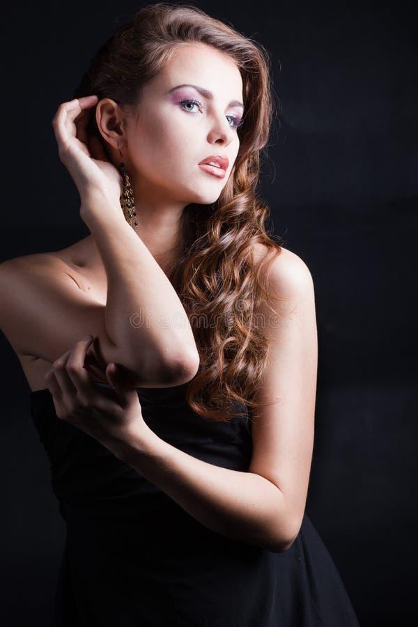 Muchacha hermosa con el pelo lujoso imagen de archivo libre de regalías
