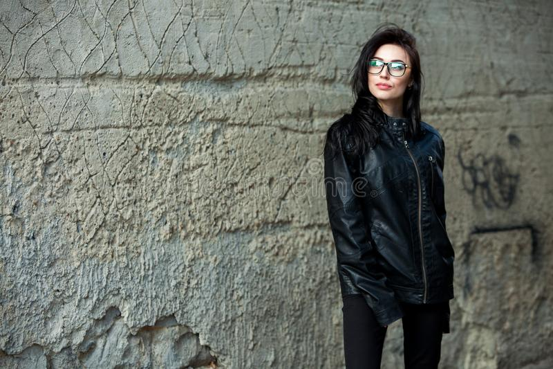 Muchacha hermosa con el pelo ondulado en chaqueta de cuero negra Retrato de la mujer de negocios joven linda al aire libre imágenes de archivo libres de regalías