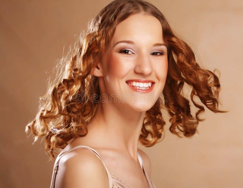 Muchacha hermosa con el pelo ondulado largo fotografía de archivo
