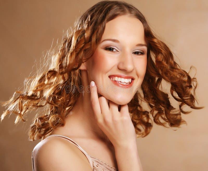 Muchacha hermosa con el pelo ondulado largo imagen de archivo
